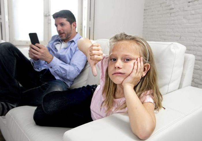 A geração de filhos que se sentem trocados pelo telemóvel