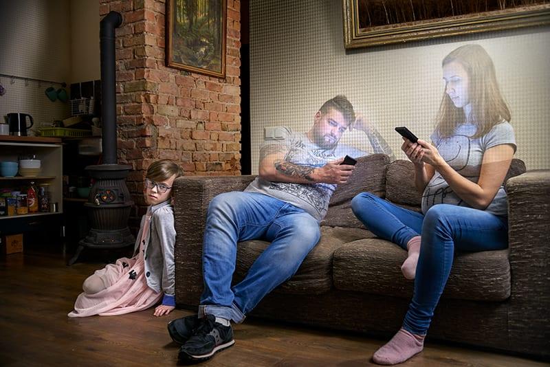 Vício do telemóvel afasta as famílias dentro da própria casa