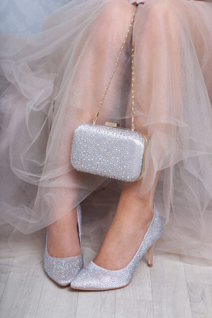 Perfect Bridal clutch bag crafted in satin with an all-over crystal embellishment. Has a gold chain shoulder strap