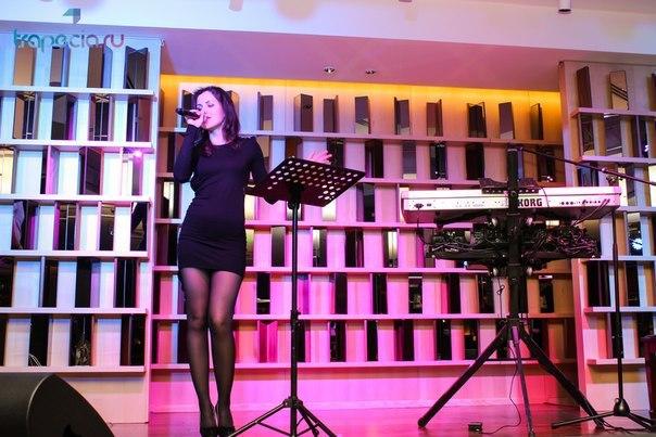 Maria del Mar singing on stage