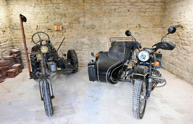 Une image contenant moto, bâtiment, garé, extérieur Description générée automatiquement