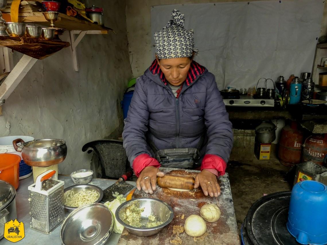Déjeuner chez l'habitant - Voyage moto dans l'Himalaya; le Ladakh en Royal Enfield