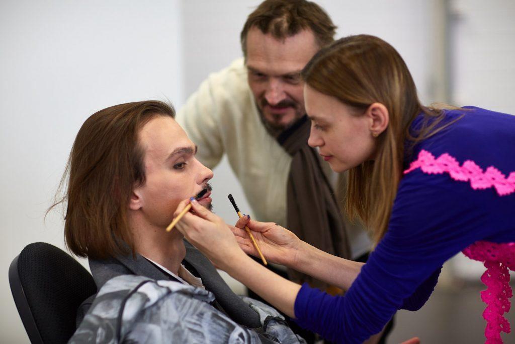 Омелия Олсен гримирует актёра Алексея Остафийчука.