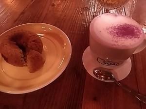 SOAKS(ソークス)の紫いものカフェラテと明日葉のドーナッツ