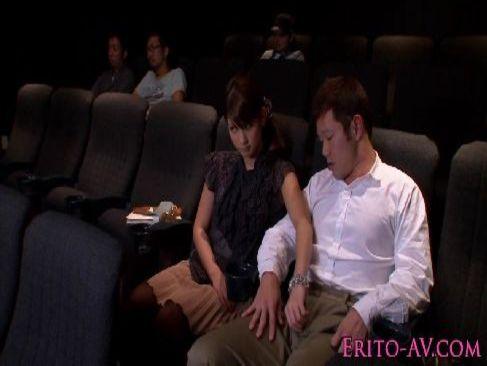 映画鑑賞中に発情した夫婦が観客にばれないようにおっぱいやおまんこを弄ってる裏ビデオ動画
