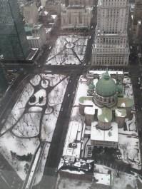Vue du 1000 de la Gauchetière. Crédit photo: Jonathan Salmon. À nos pieds: le site du patrimoine du Square Dorchester et de la Place du Canada.