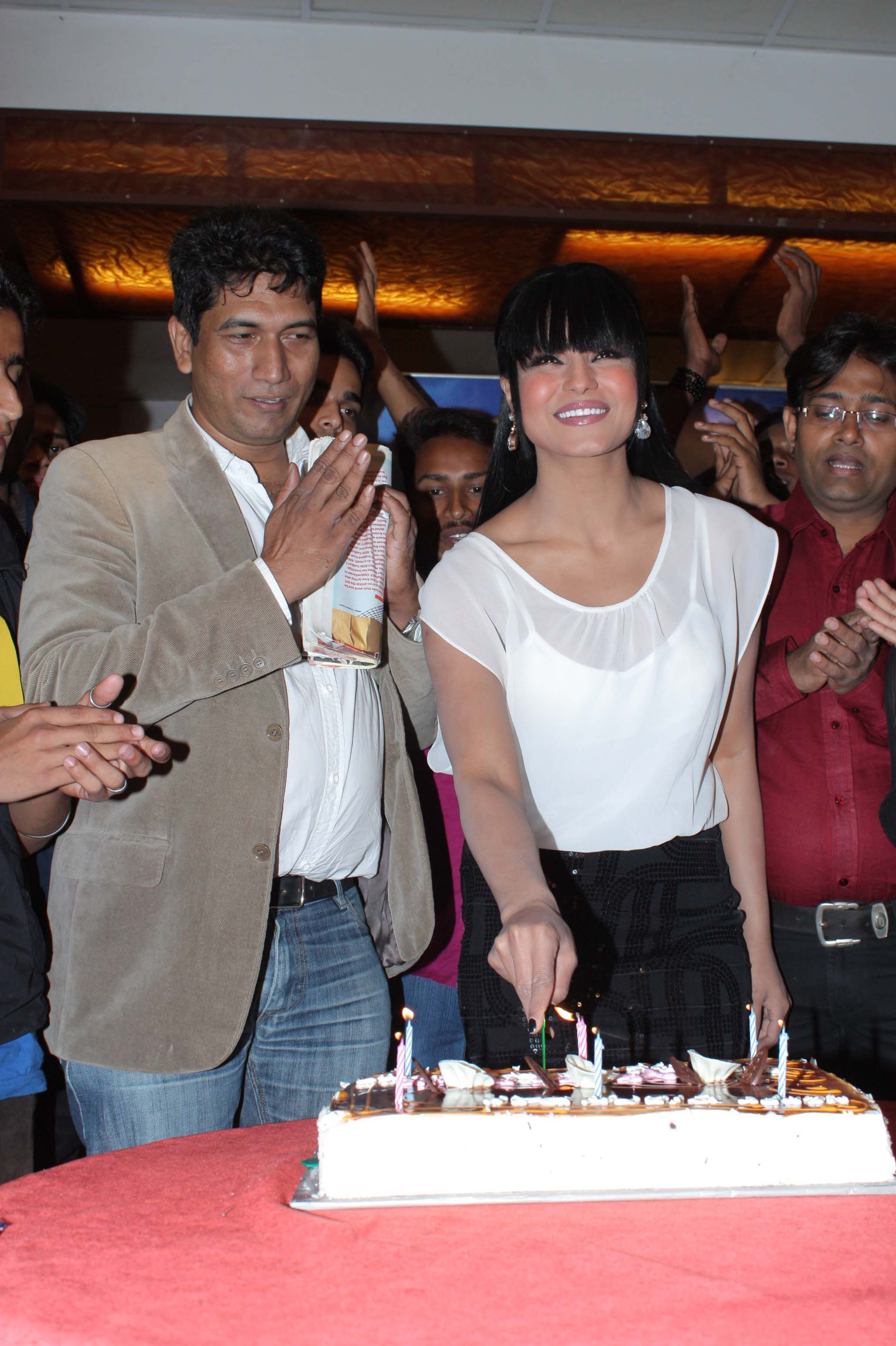 veena malik celebrating her birthday with satish reddy2