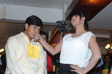 veena malik kissing bollywood hunt contestant3