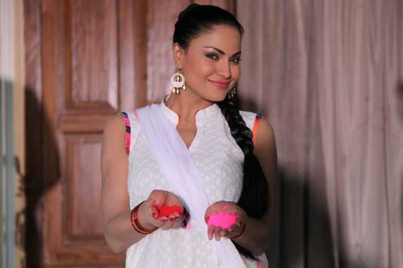 Veena Malik Playing Holi11