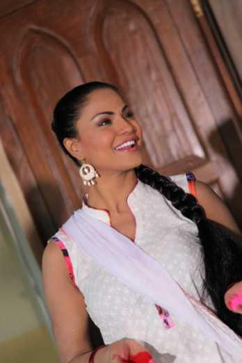 Veena Malik Playing Holi12