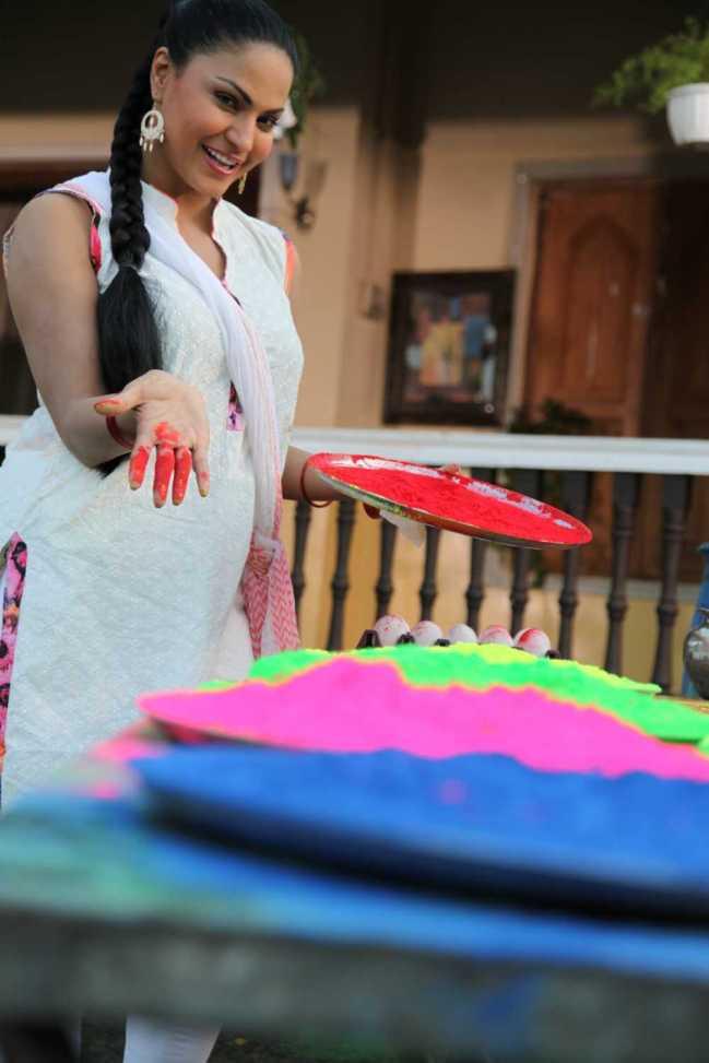 Veena Malik Playing Holi2