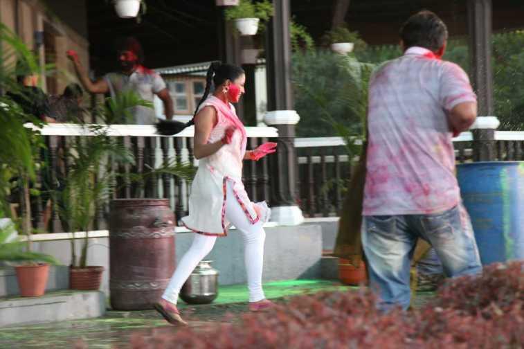 Veena Malik Playing Holi25