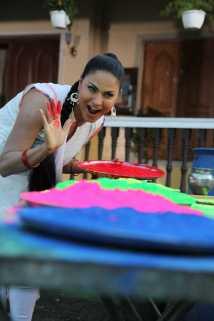 Veena Malik Playing Holi4