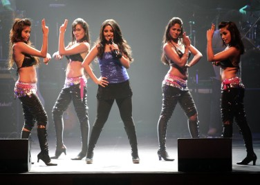 Sunidhi Chauhan striking a pose with the dancers!