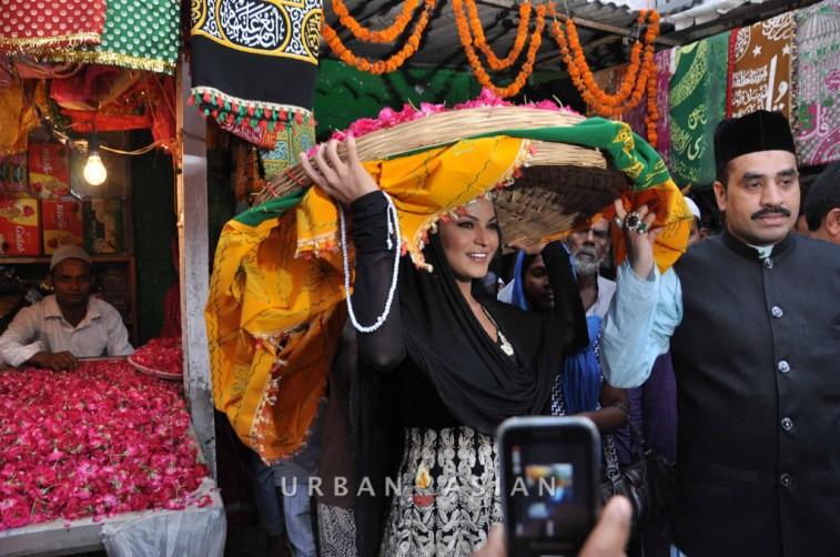 130726_183329Veena Malik At Hazrat Nizamuddin Dargah In Delhi14