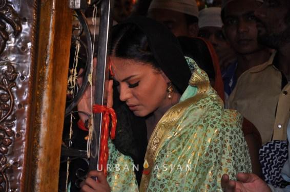 130726_184521Veena Malik At Hazrat Nizamuddin Dargah In Delhi13