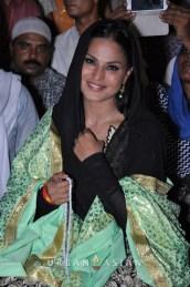 130726_201103Veena Malik At Hazrat Nizamuddin Dargah In Delhi2