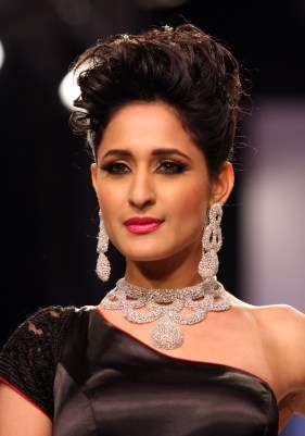 Model Neha Ahuja flaunts Designer Moni Agarwal's contemporary diamond jewelry at IIJW 2013_1