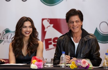 DEEPIKA PADUKONE AND SRK AT THE PRESS CONFERENCE OF SLAM THE TOUR IN HOUSTON (2)