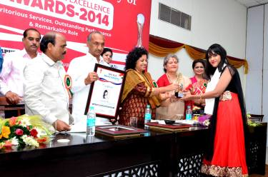 Sagarika receiving the award 2