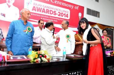 Sagarika receiving the award 3