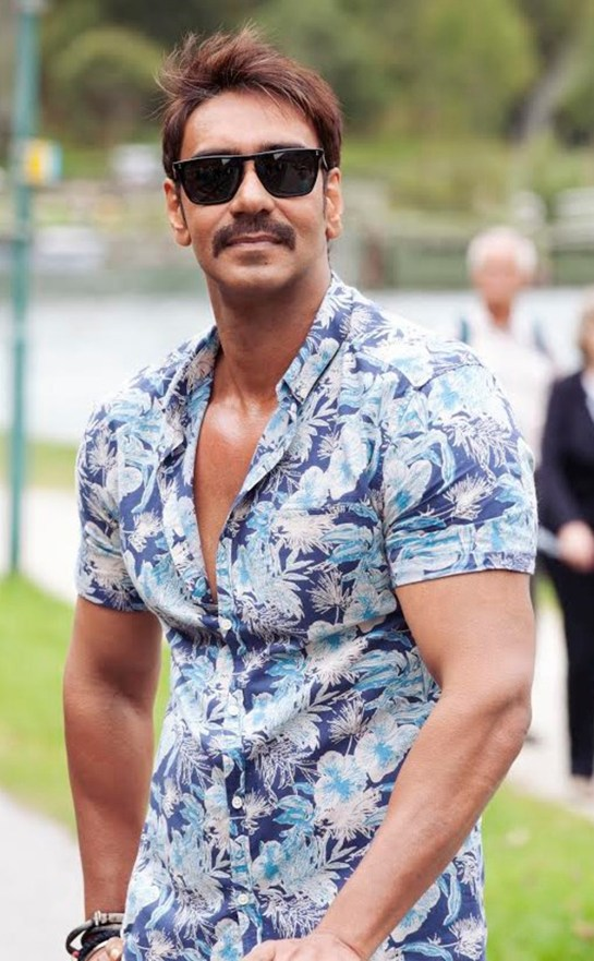 Ajay Devgn - Look 2 Romantically Good (2)