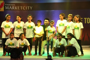 Sandip Soparrkar with Smile Foundation kids at Phoenix Marketcity Kurla