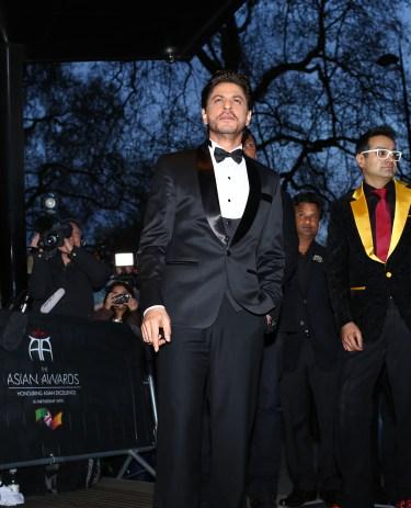 Shah Rukh Khan with Paul Sagoo, Founder Asian Awards at Red Carpet (3)