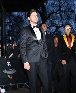 Shah Rukh Khan with Paul Sagoo, Founder Asian Awards at Red Carpet (5)