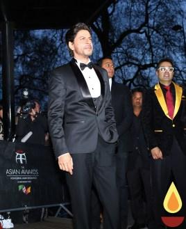 Shah Rukh Khan with Paul Sagoo, Founder Asian Awards at Red Carpet (5)_1