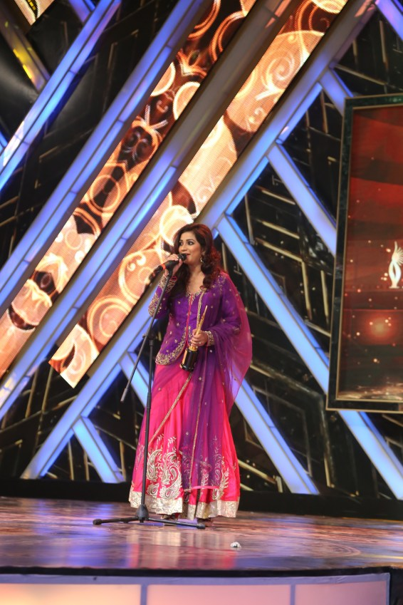 Shreya Ghosal receiveing an award for Best Playback Singer for Ennu Ninte Moideen