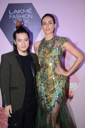 Bigg Boss Fame Mandana Karimi Looked Stunning In Asa Kazingmei S Design At Lakme Fashion Week Urban Asian