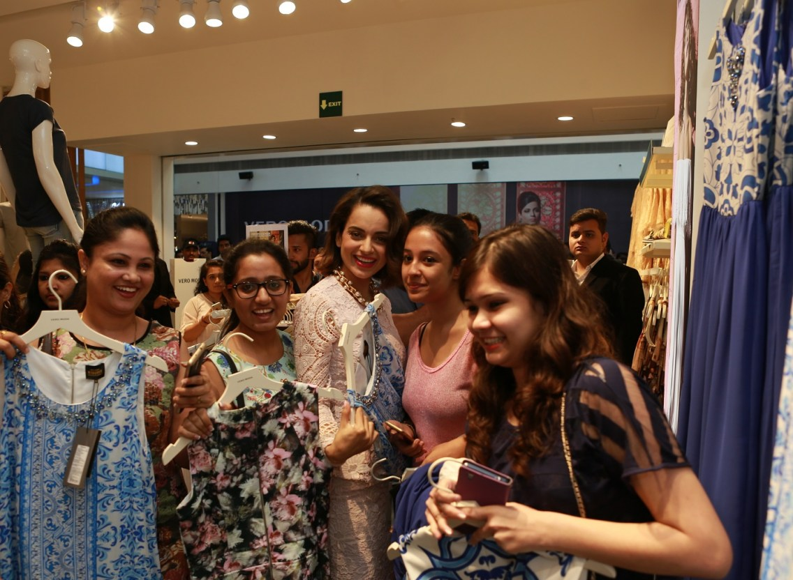Kangana Ranaut interacts with the winners at the launch of the VERO MODA store at DLF Mall of India (4)