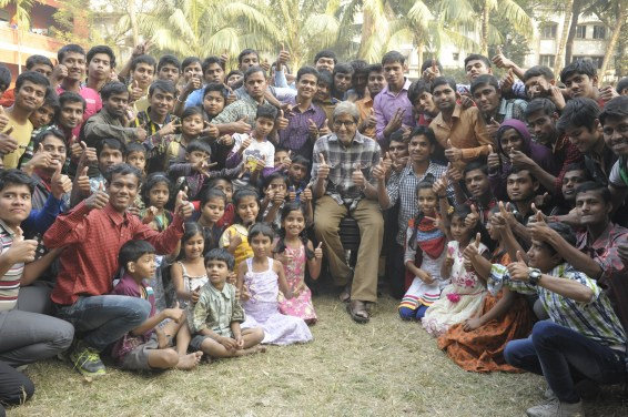 Mr Bachchan with the children of Calcutta Deaf & Dumb School (1)