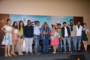 Director Krishnadev Yagnik, Producer Anand Pandit and Rashmi Shama, Cheif Guest Subhash Ghai with the cast of Days of Tafree