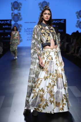 11-model-for-farah-sanjana-lfw-sr-2017
