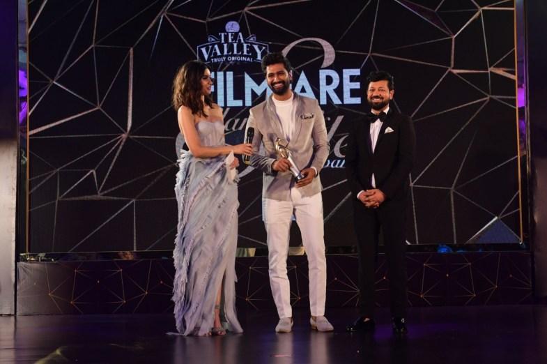 Vicky Kaushal receiving the award
