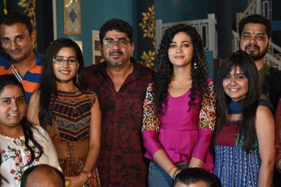Rhea Sharma- Rajan Shahi - Kaveri Priyam with the crew