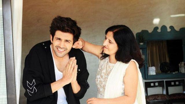 Kartik Aaryan with mother