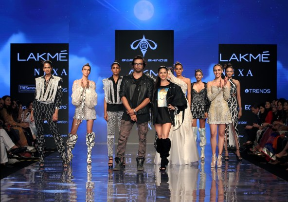 Showstopper Sunny Leone walks for Swapnil Shinde at LFW SR 20 (1)