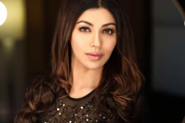 Watch now! Debina Bonnerjee explains the difference between Qutub Minar and Charminar to Praful