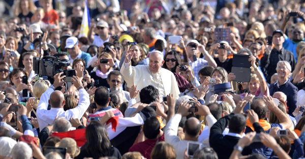 pope-francis-in-a-CROWD