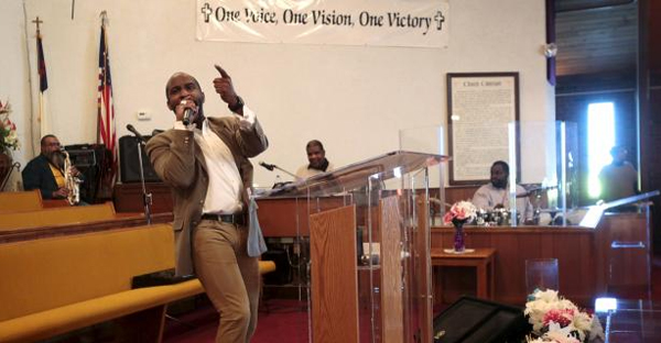 Pastor David Bullock preaches to his congregation during Sunday service at the Greater St. Matthew Baptist Church in Highland Park, Michigan November 22, 2015. (REUTERS/REBECCA COOK)