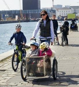 Koninklijke familie op de fiets in Kopenhagen