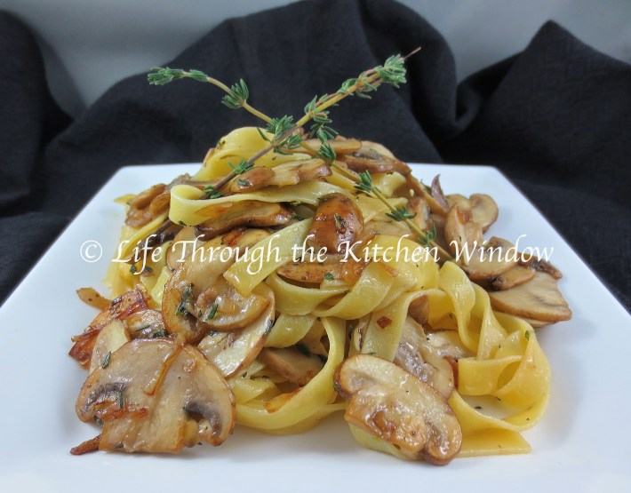 Pasta con Olio e Funghi di Cremini | © Life Through the Kitchen Window