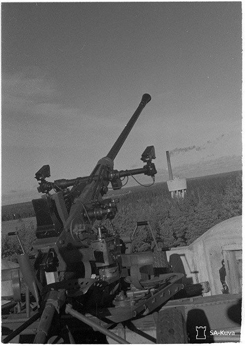 7.Kev.It.Jaos: 40 mm. tykki tornissa lähikuva, taustalla Rajamäen tehtaat.