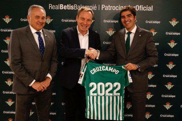 Real Betis y Cruzcampo celebran más de 50 años juntos