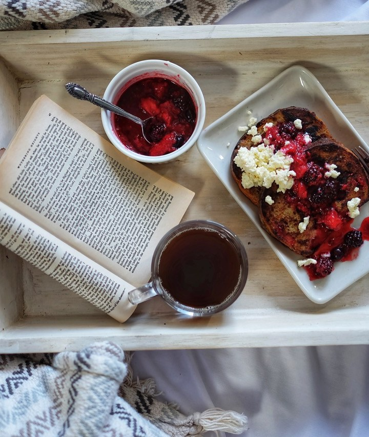 Easy-French-Toast-breakfast-in-bed