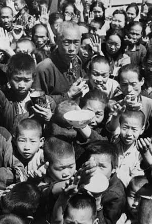 Children line up for food handouts, 1959-61 famine