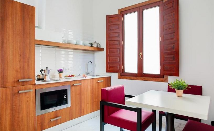 Apartamento 5-Leiva en cordoba urban vida cocina con mesas y sillas